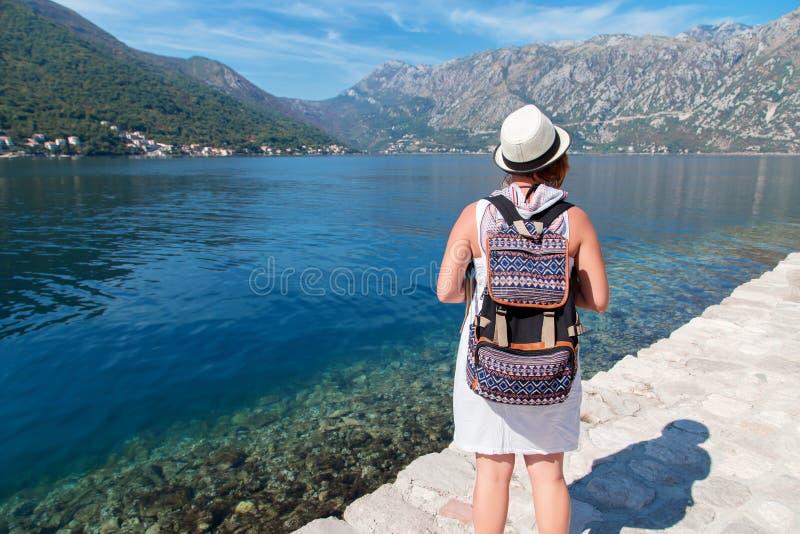 Viajero de la mujer que se coloca en la bahía del mar imagen de archivo libre de regalías