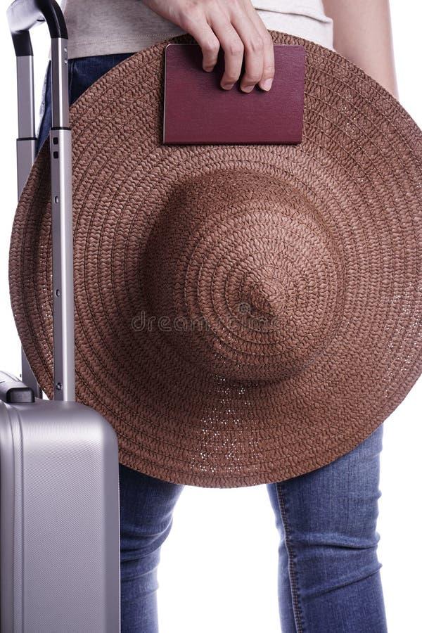 Viajero de la mujer que sostiene el pasaporte y la maleta Aliste para las vacaciones fotos de archivo