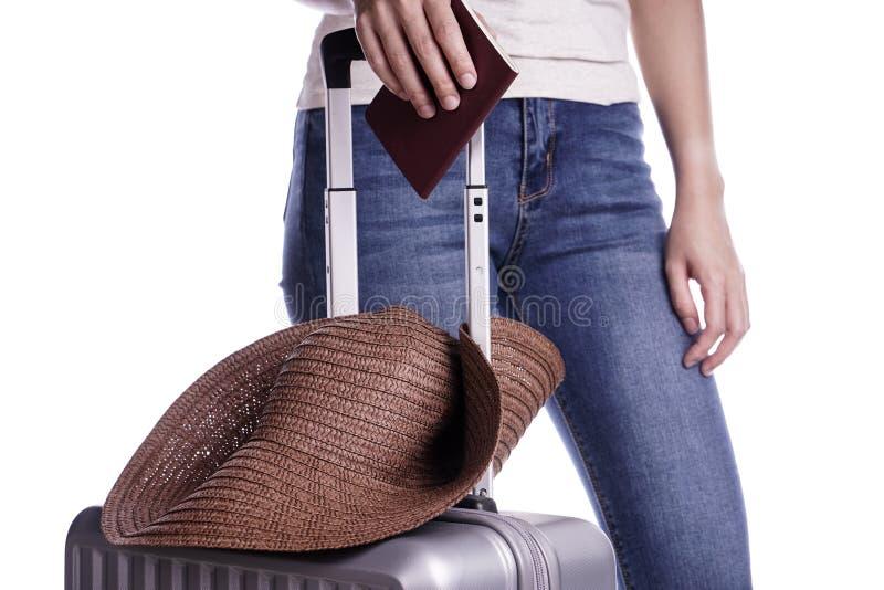 Viajero de la mujer que sostiene el pasaporte y la maleta Aliste para las vacaciones imagenes de archivo