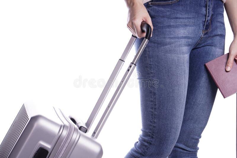 Viajero de la mujer que sostiene el pasaporte y la maleta Aliste para las vacaciones fotografía de archivo