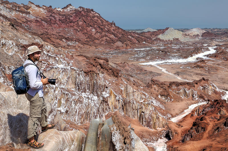 Viajero del fotógrafo a pie que camina para arriba las montañas de la sal, Irán imagenes de archivo
