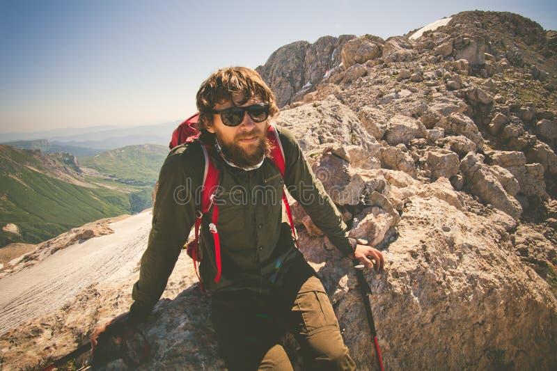 Viajero del hombre barbudo con la mochila que se relaja fotografía de archivo libre de regalías