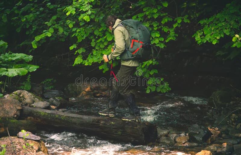 Viajero del hombre con caminar de la mochila al aire libre imagen de archivo libre de regalías