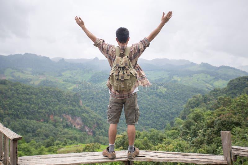 Viajero del hombre con conce de la forma de vida del viaje del alpinismo de la mochila imágenes de archivo libres de regalías
