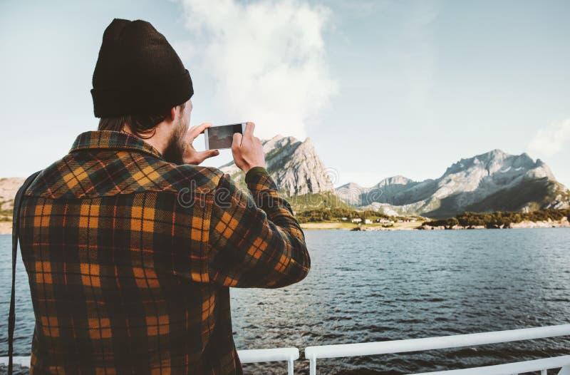Viajero del hombre que toma la foto usando viajar del smartphone fotografía de archivo