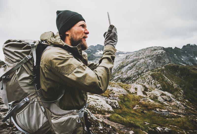Viajero del hombre que usa el navegador de los gps del smartphone fotos de archivo libres de regalías
