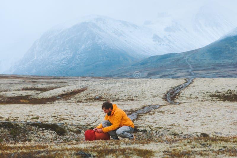 Viajero empacando equipo de mochila en las montañas viajes vacaciones imágenes de archivo libres de regalías
