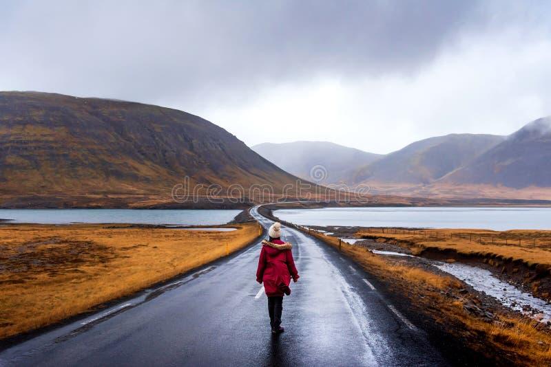 Viajero en el camino islandés en la península de Snaefellsnes de Islandia imagenes de archivo
