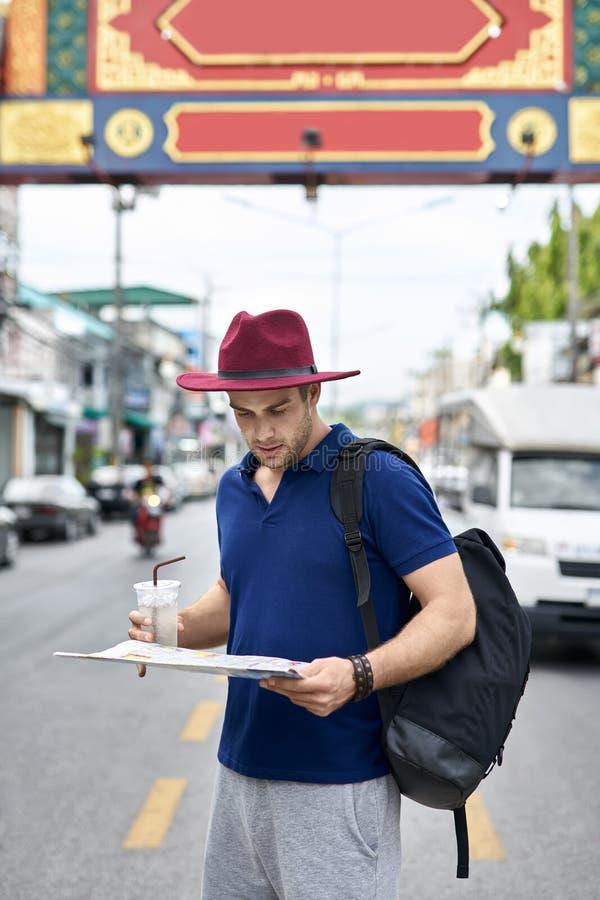 Viajero en la calle de la ciudad imagen de archivo