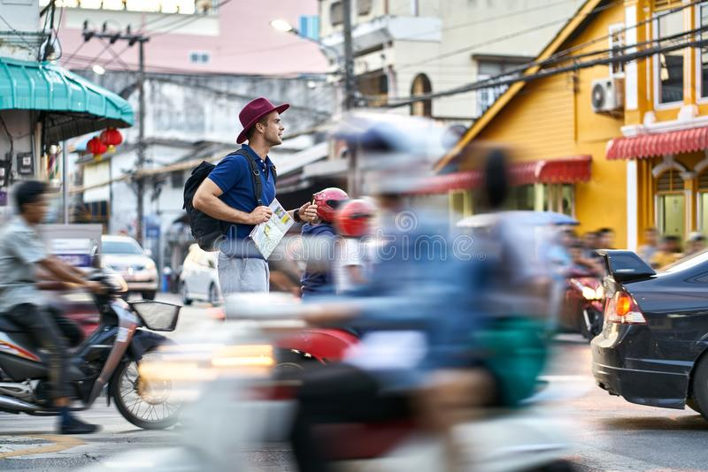 Viajero en la calle de la ciudad foto de archivo