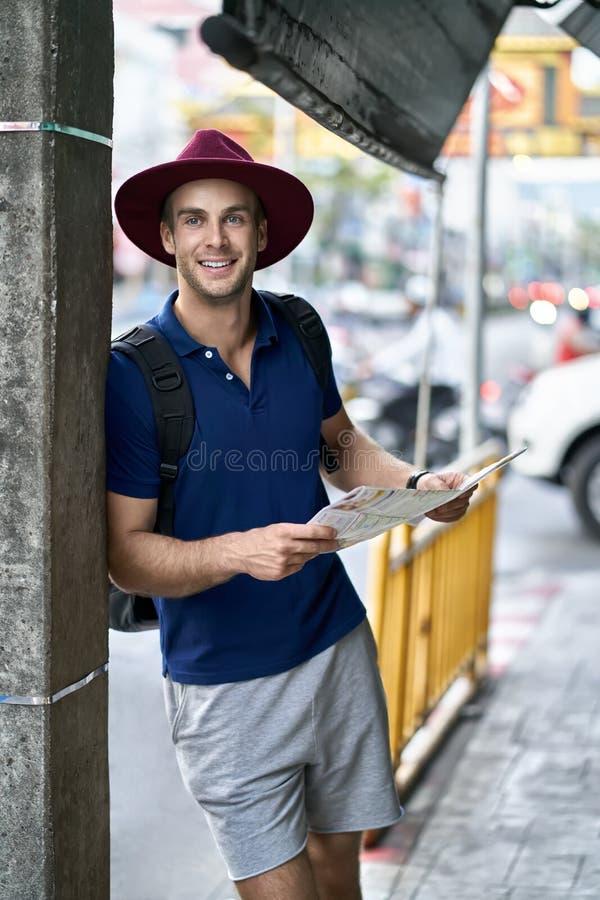 Viajero en la calle de la ciudad imagenes de archivo