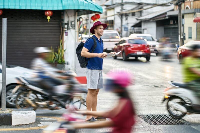 Viajero en la calle de la ciudad foto de archivo libre de regalías