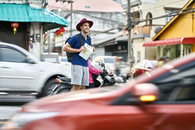 Viajero en la calle de la ciudad imagen de archivo libre de regalías