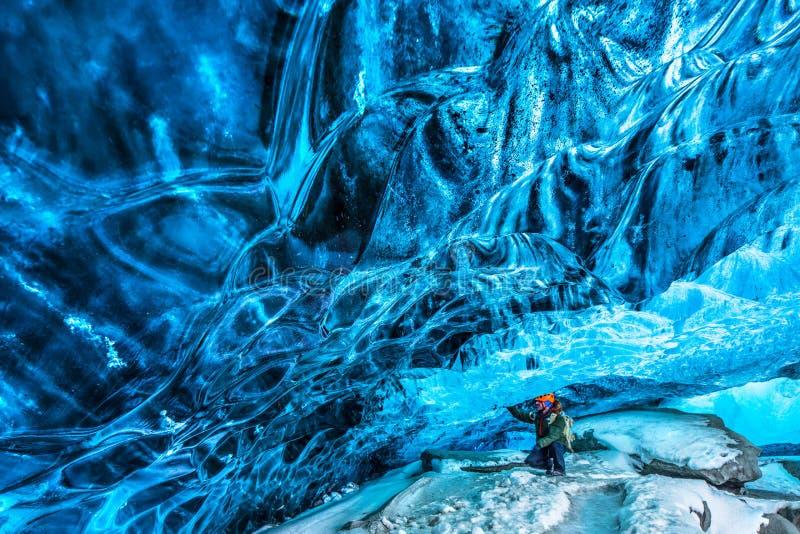 Viajero en la cueva de hielo fotos de archivo libres de regalías