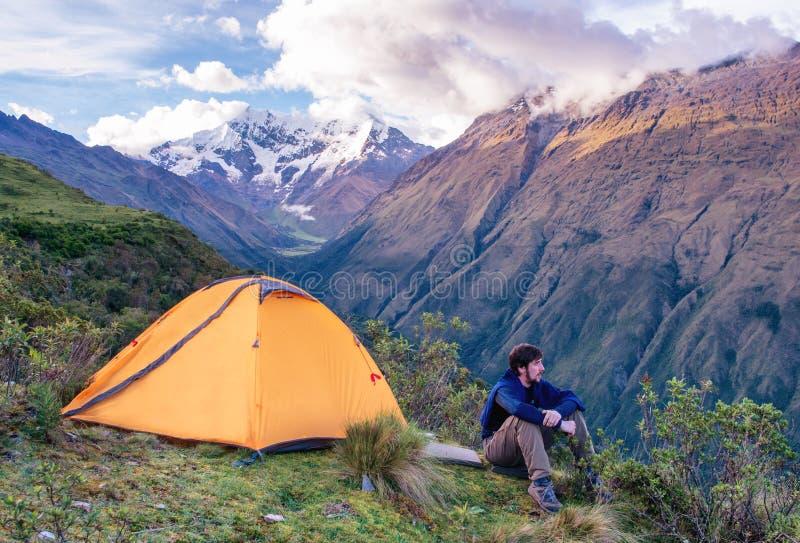 Viajero en montañas, senderismo de Salkantay, Perú, Suramérica fotos de archivo