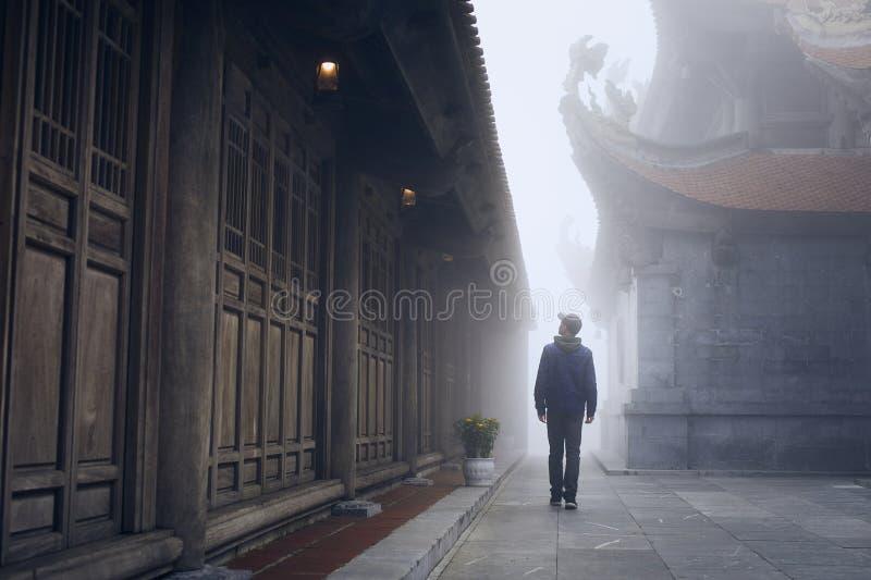 Viajero en niebla misteriosa fotos de archivo libres de regalías