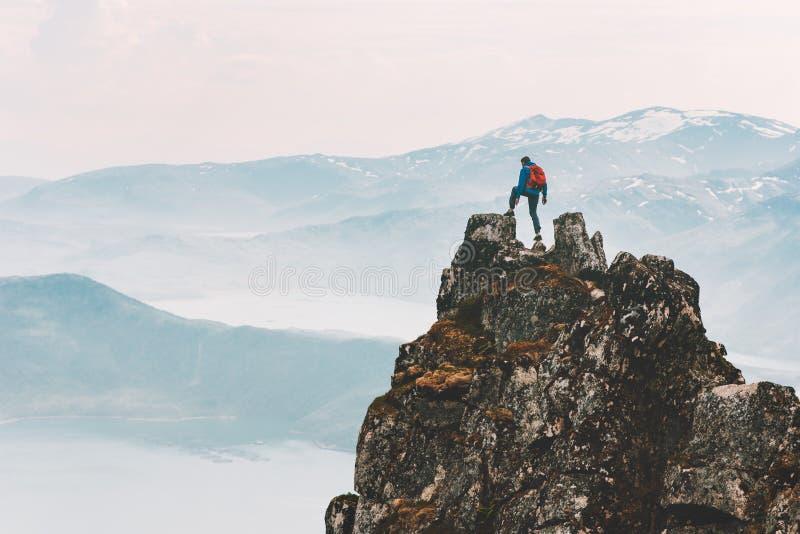 Viajero escalando en la cima de la montaña viajes extremos imágenes de archivo libres de regalías