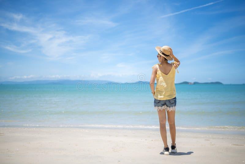Viajero feliz de la mujer que se relaja en una playa perfecta imágenes de archivo libres de regalías