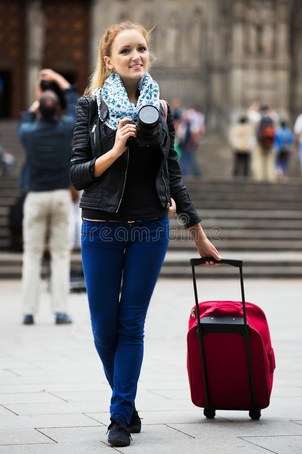 Viajero femenino joven con la cámara imagenes de archivo