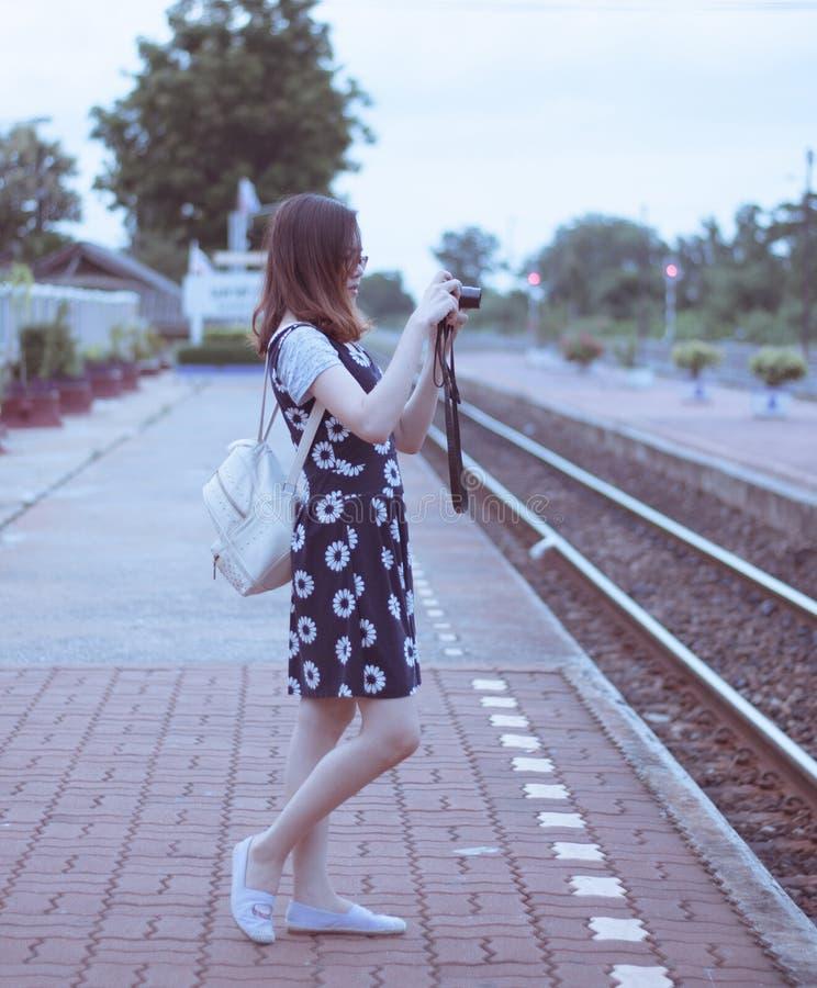 Viajero femenino que fotografía el ferrocarril en Nakhon Sawan Tailandia imagenes de archivo