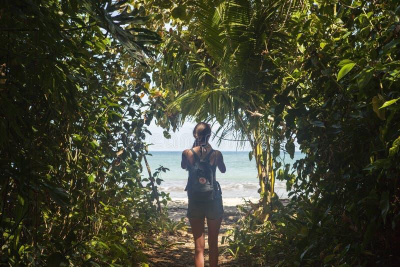 Viajero joven que camina en el parque nacional de Cahuita con un backpak práctico de Fjallraven Kanken imagen de archivo libre de regalías