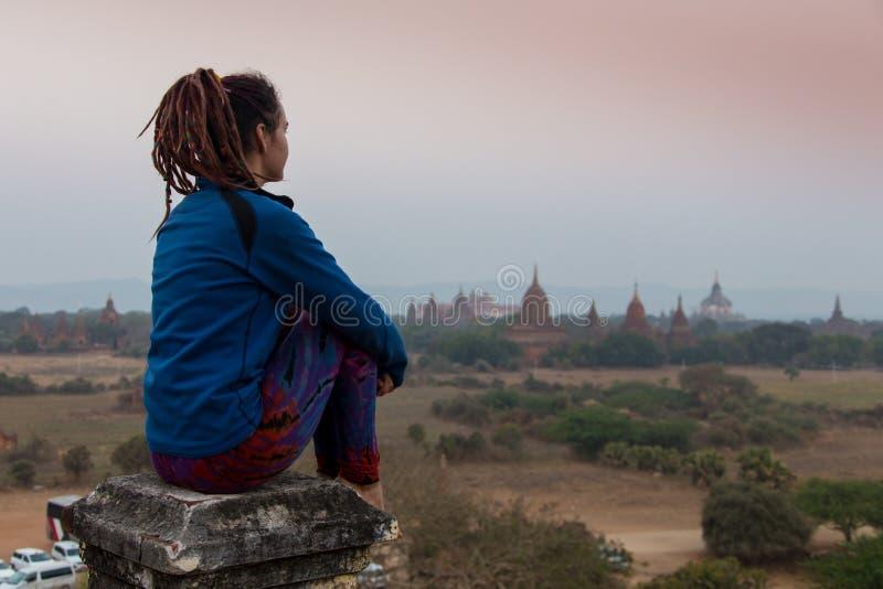 Viajero joven que disfruta en de una puesta del sol de mirada en Bagan, Myanmar Asia fotografía de archivo libre de regalías