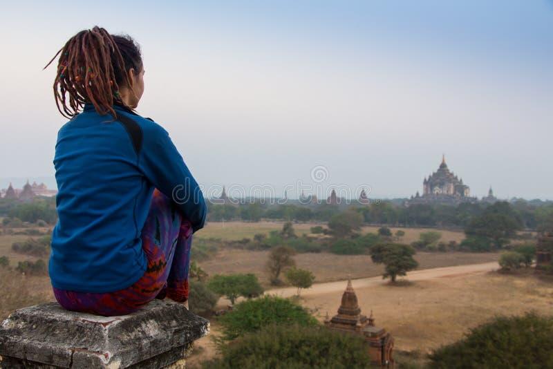 Viajero joven que disfruta en de una puesta del sol de mirada en Bagan, Myanmar Asia imagen de archivo