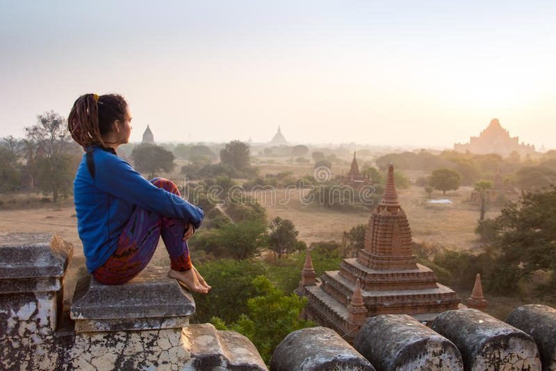 Viajero joven que disfruta en de una puesta del sol de mirada en Bagan, Myanmar Asia imagenes de archivo