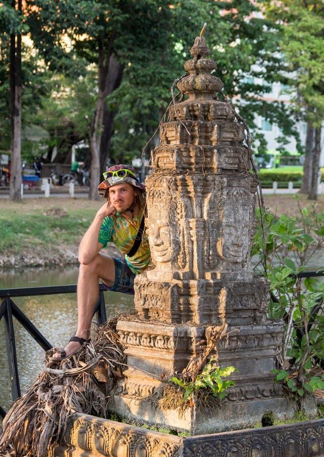 Viajero joven que lleva un sombrero con la mochila y el trípode - en Angkor Wat, Siem Reap, Camboya imagen de archivo libre de regalías