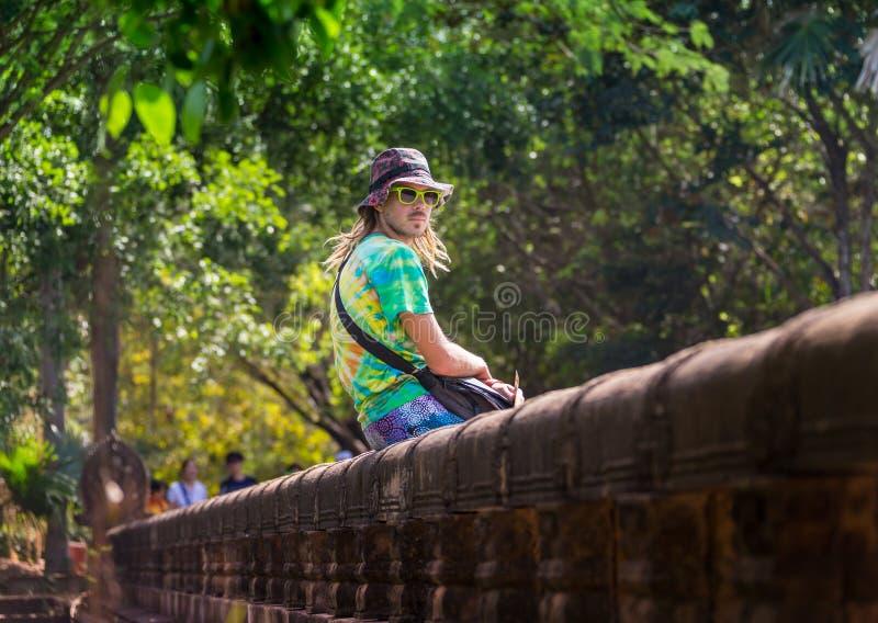 Viajero joven que lleva un sombrero con la mochila y el trípode - en Angkor Wat, Siem Reap, Camboya fotos de archivo libres de regalías