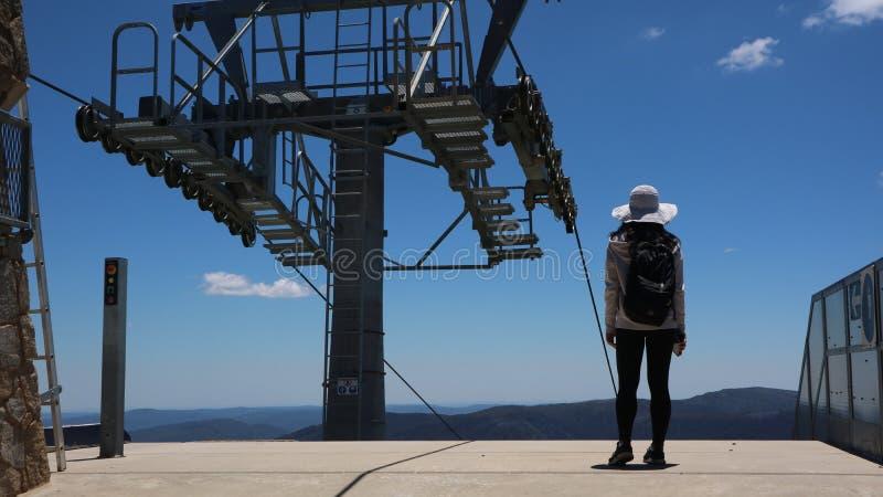 Viajero joven y aventurero en una cima de la montaña imagenes de archivo