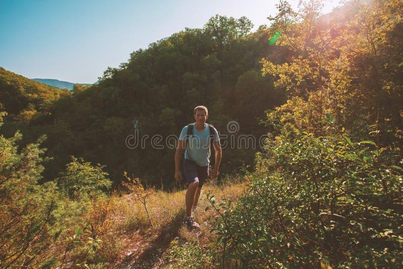 Viajero masculino encima de una montaña fotos de archivo libres de regalías
