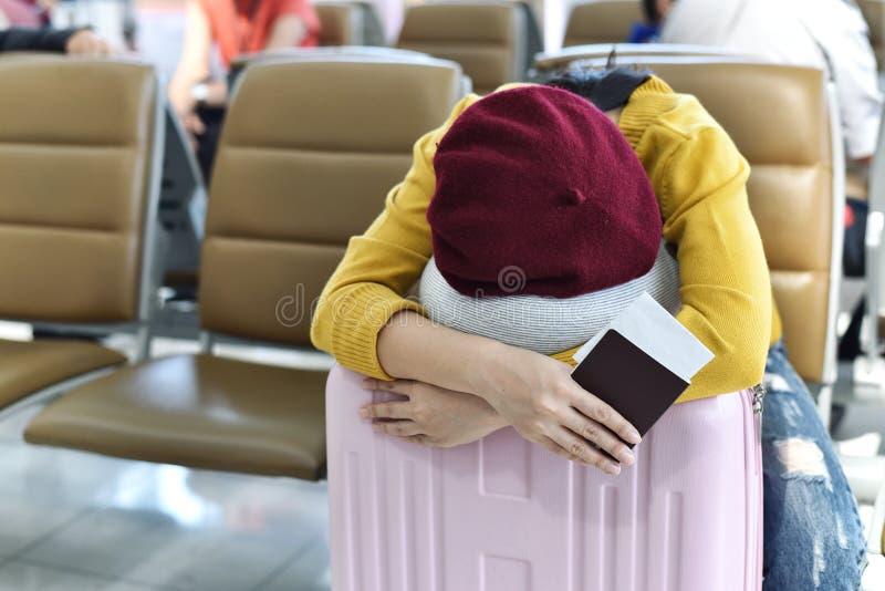 Viajero que duerme en el terminal de aeropuerto del salón de la zona de espera fotos de archivo libres de regalías
