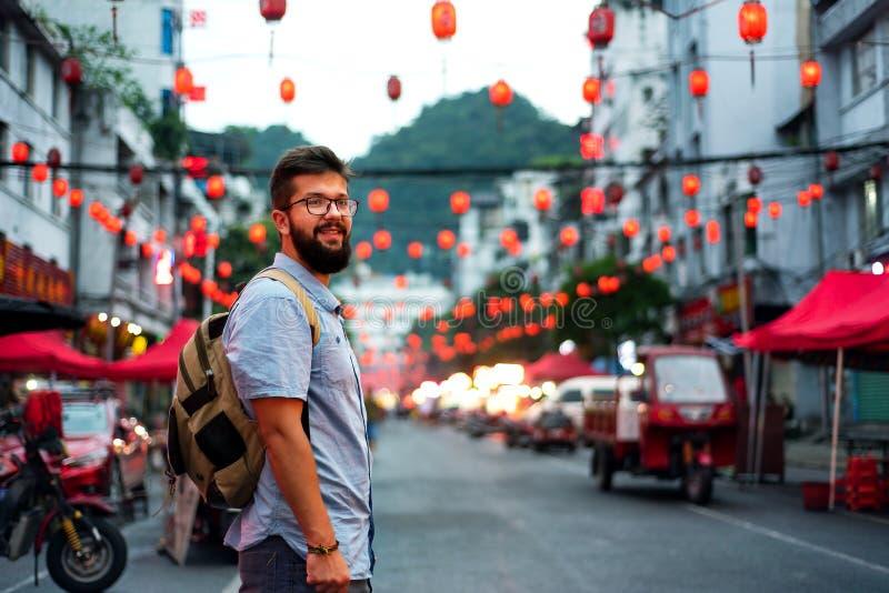 Viajero que explora la calle de mercado asiática de la comida fotografía de archivo libre de regalías