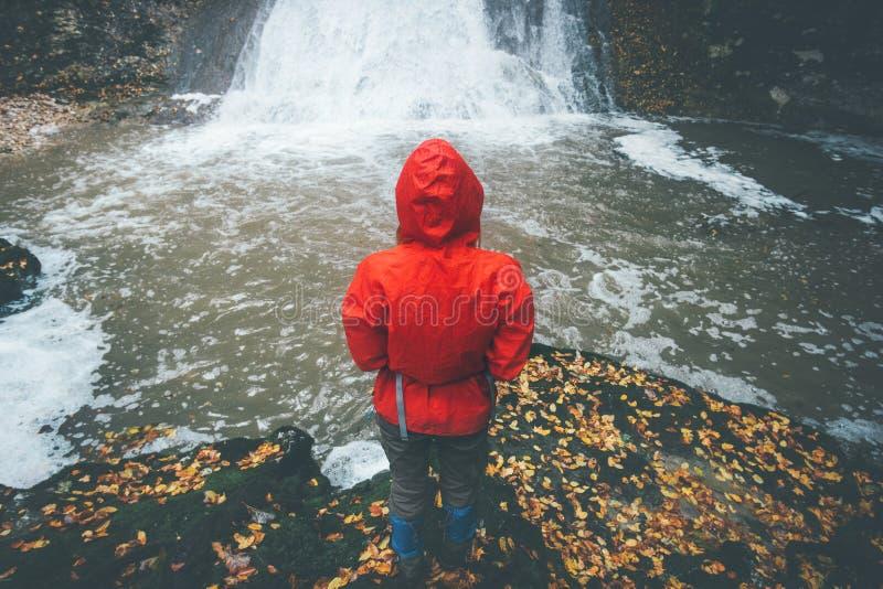 Viajero que mira forma de vida del viaje de la cascada foto de archivo libre de regalías