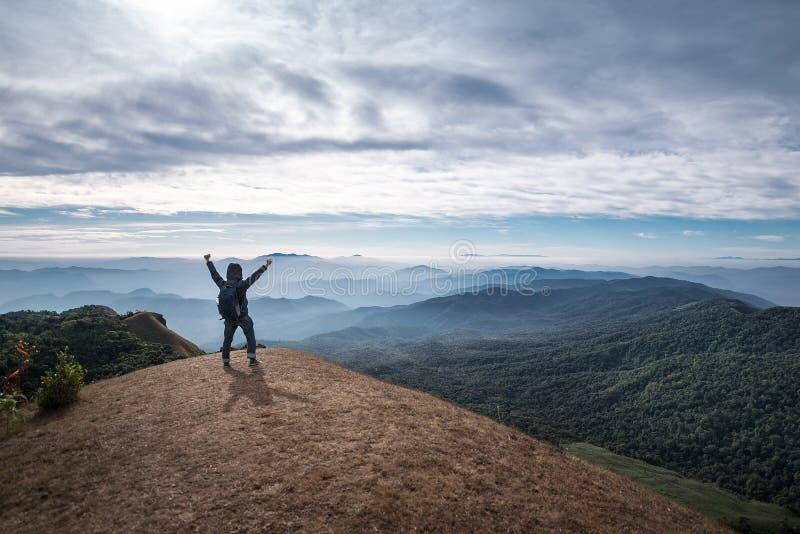 Viajero que se coloca en el top de Doi Monjong fotos de archivo