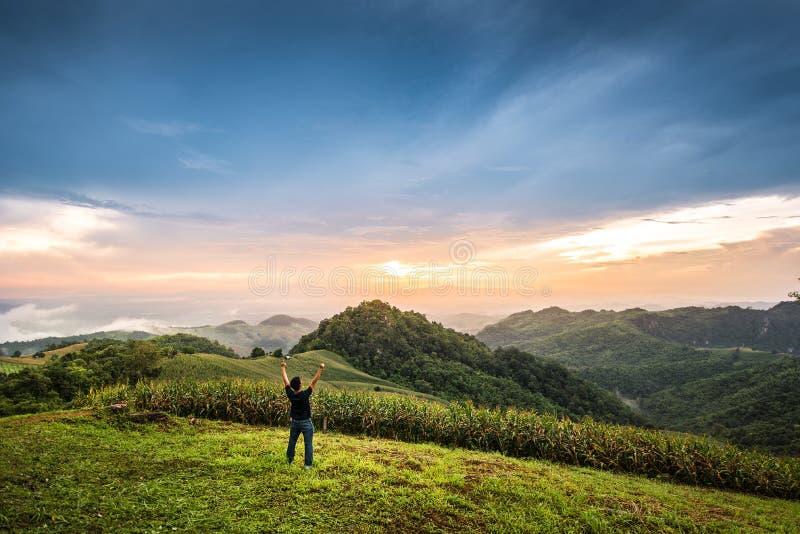 Viajero que se coloca en el top del parque nacional en NaN, Tailandia foto de archivo libre de regalías