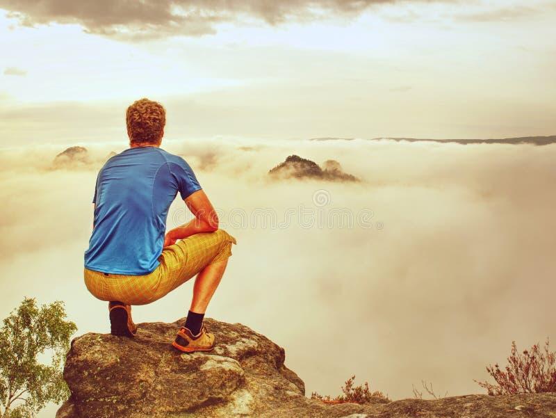 Viajero que toma las fotos móviles de las vacaciones de la puesta del sol hermosa en naturaleza del otoño imagenes de archivo
