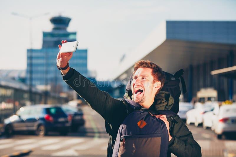 Viajero que toma un selfie en el aeropuerto fotografía de archivo libre de regalías