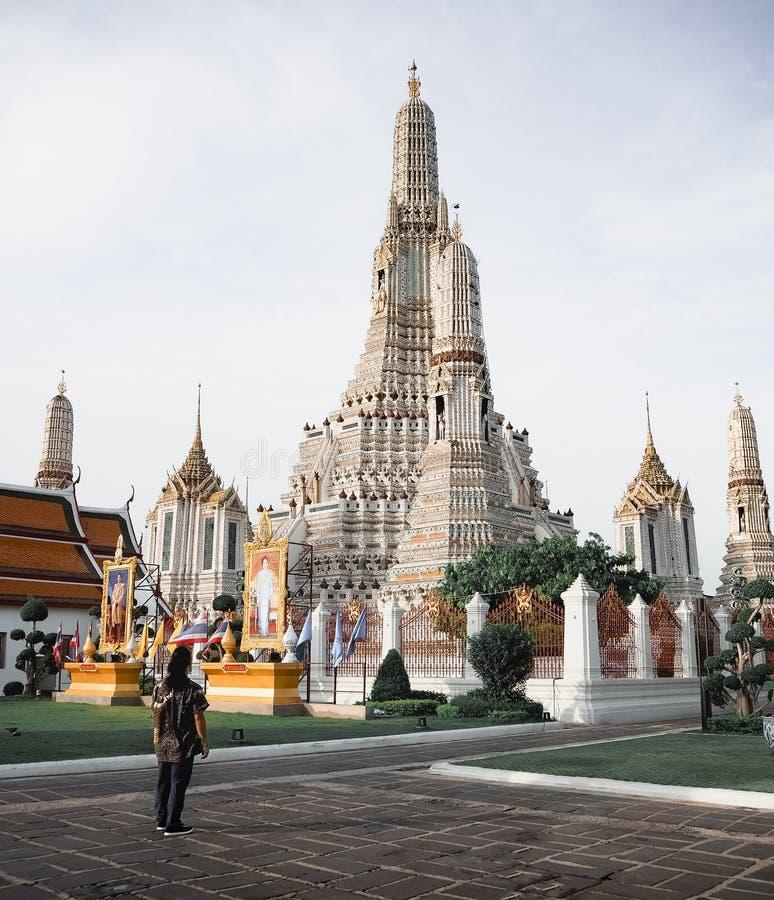 Viajero a solas en la pagoda principal en Wat Arun, Bangkok, Tailandia fotografía de archivo