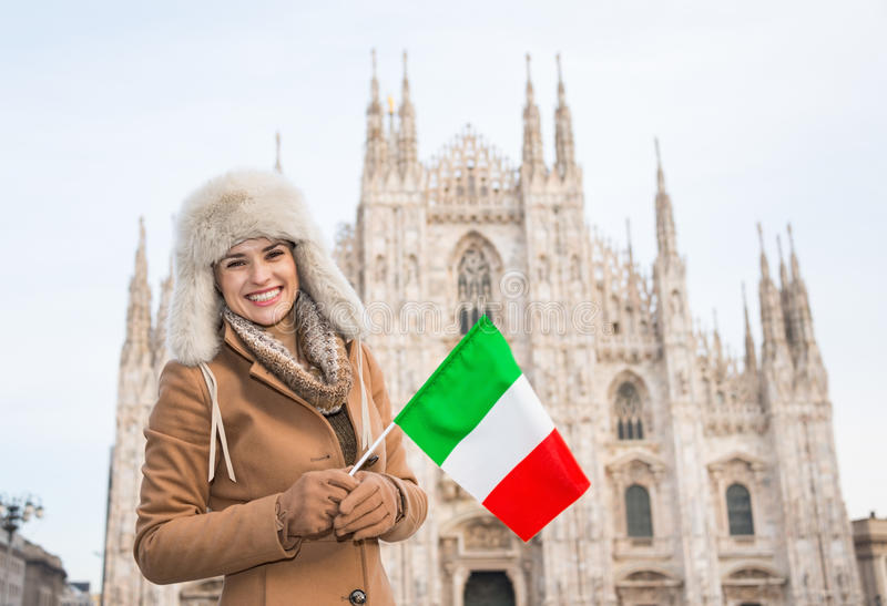 Viajero sonriente de la mujer con la bandera italiana cerca del Duomo, Milán imagenes de archivo