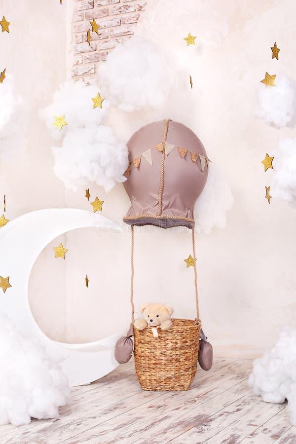 Viajero y piloto del oso de peluche Sue?os de la ni?ez _elegante vintage niño cuarto con aerostato, globo, materia nube y m fotos de archivo