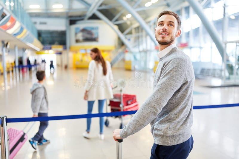 Viajero y su familia en el aeropuerto imagenes de archivo