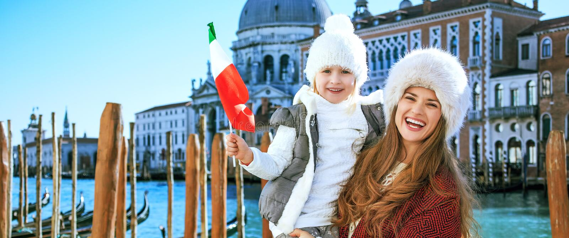 Viajeros de la madre y de la hija con la bandera italiana en Venecia foto de archivo libre de regalías