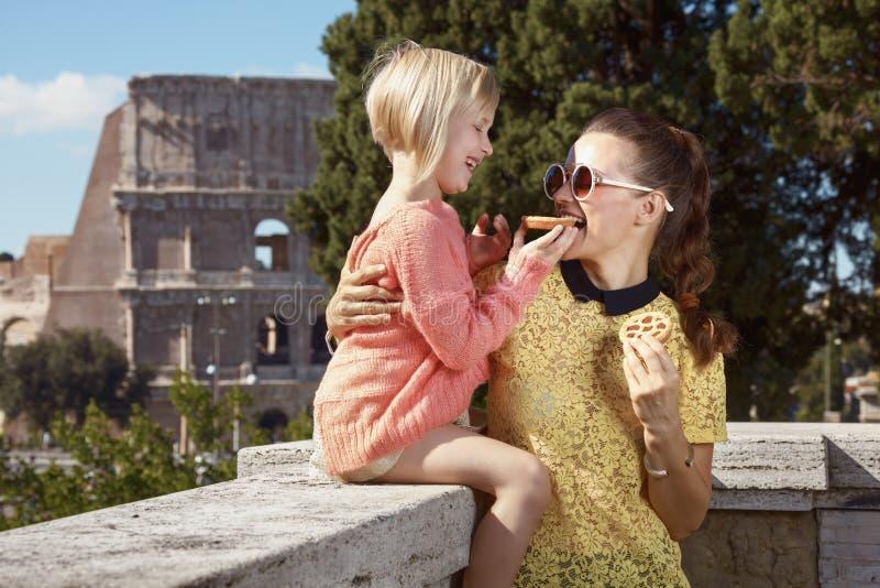 Viajeros de la madre y de la hija que comen mini crostata italiano imagenes de archivo