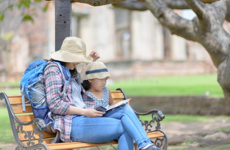 Viajeros de la madre y de la hija que hablan y sentarse en la silla foto de archivo