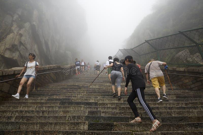 Viajeros de la monta?a de Taishan en niebla foto de archivo libre de regalías