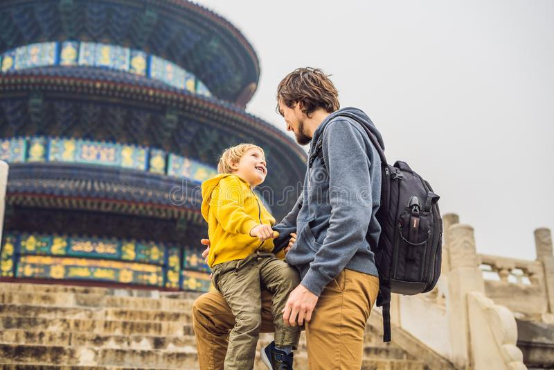 Viajeros del papá y del hijo en el Templo del Cielo en Pekín Una de las atracciones principales de Pekín El viajar con la familia imágenes de archivo libres de regalías