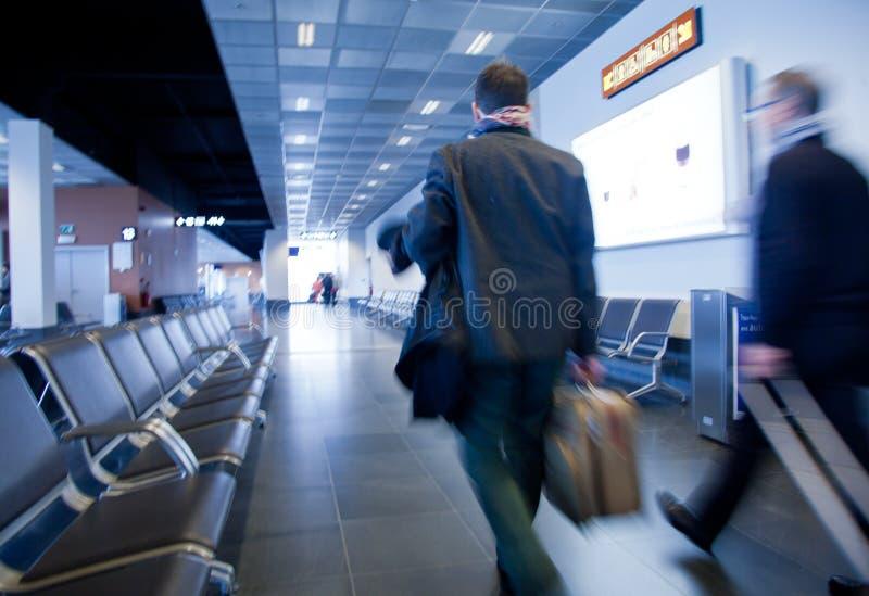 Viajeros en aeropuerto imagen de archivo