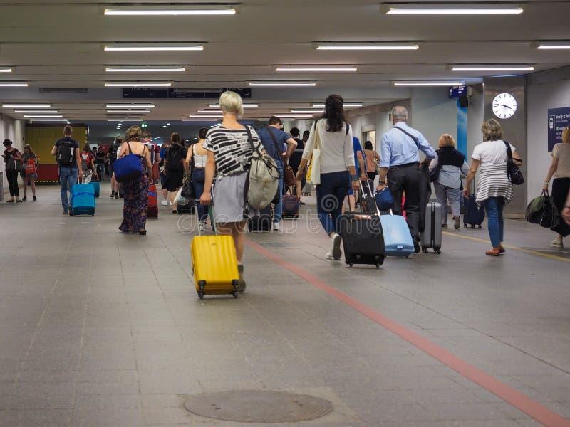 Viajeros en el aeropuerto de Berlin Schoenefeld en Berlín fotografía de archivo